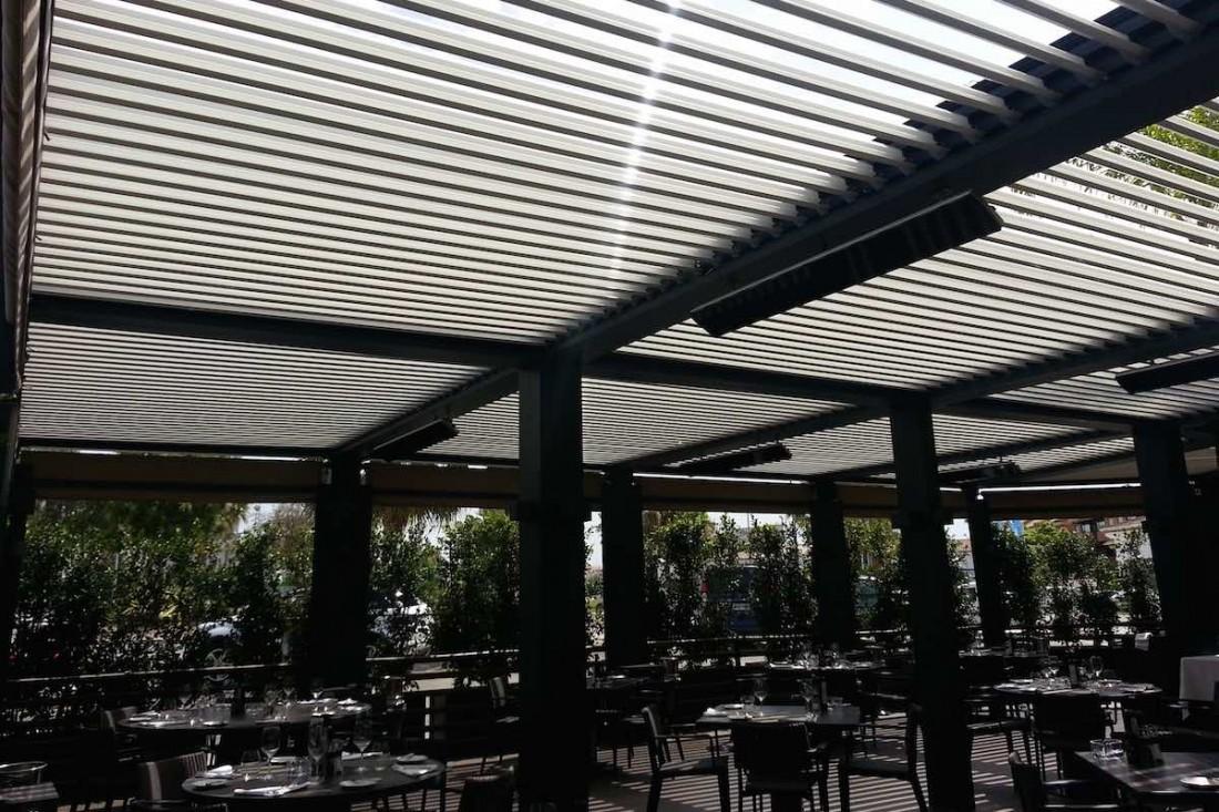 Accesorio pérgola Biossun calefactor en restaurante en Marbella