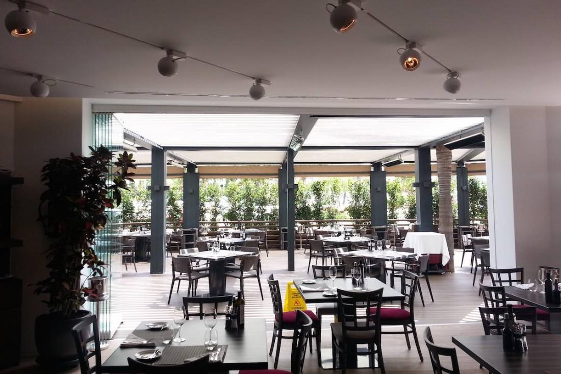 Interior de un restaurante en Marbella con pérgola Biossun