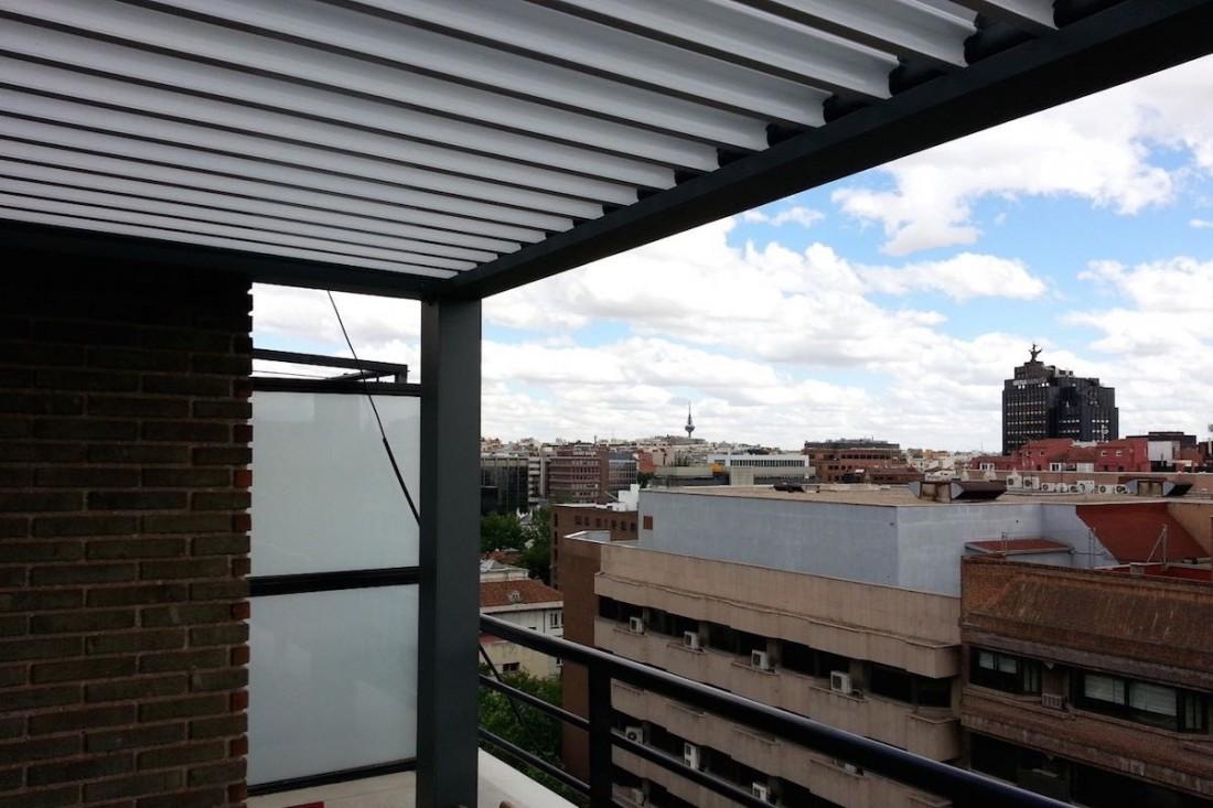 Instalación de pérgola Biossun en ático de Madrid por Outdoor Concepts