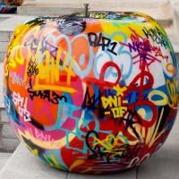 Escultura en forma de manzana con graffitis Bull Stein