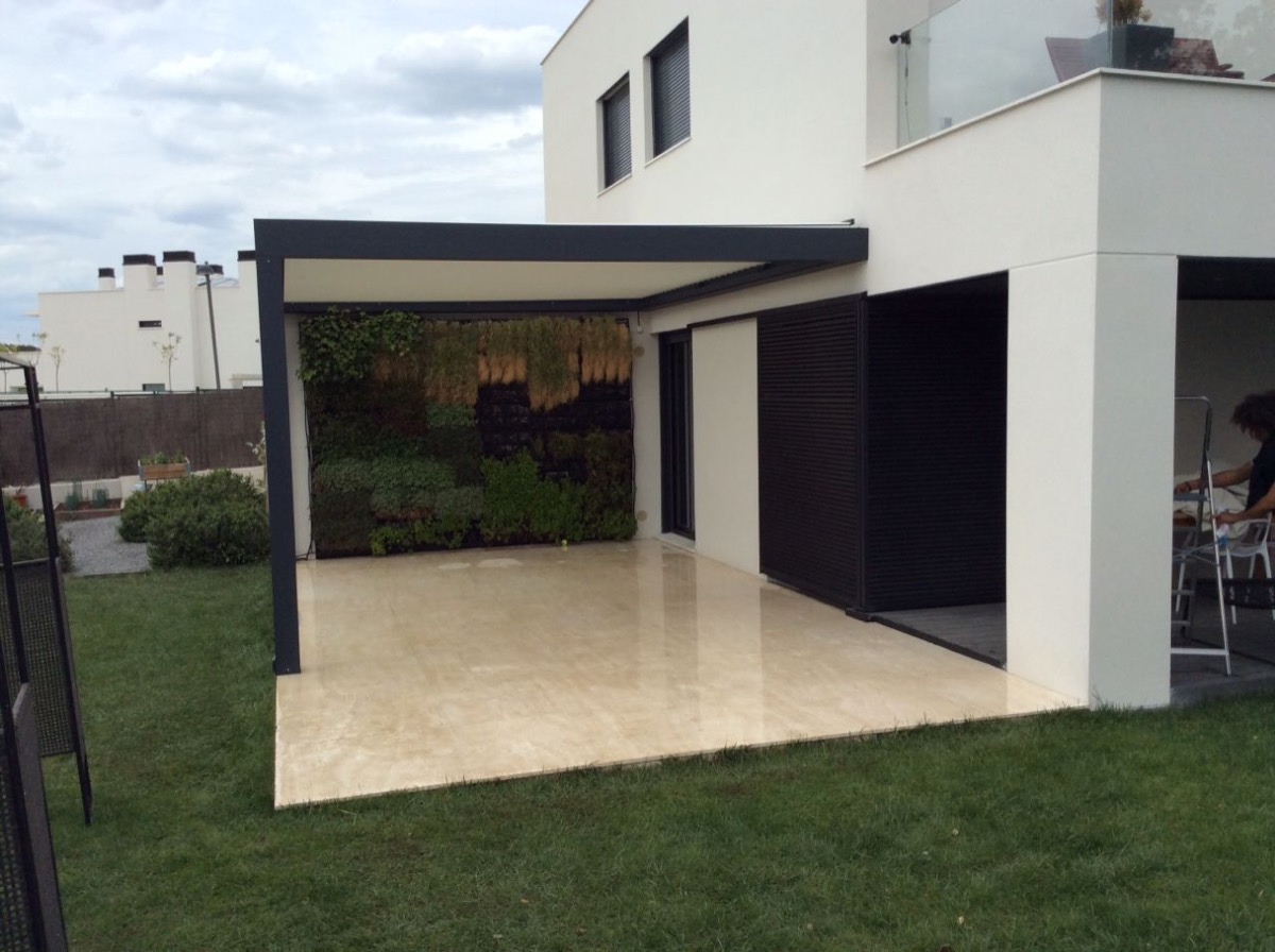 Instalación pérgola bioclimática en un patio particular de Madrid