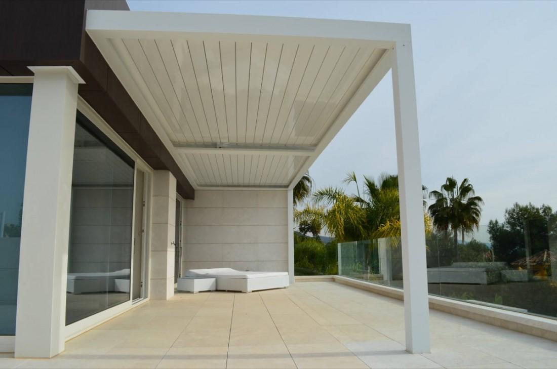 Instalación de pérgola bioclimática en una terraza en Marbella